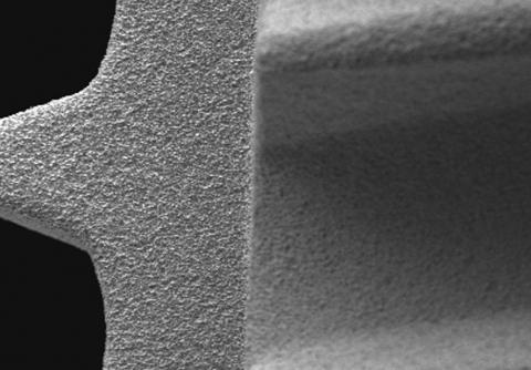 Abbildung: Endbearbeitete Oberfläche eines Dentalimplantats aus Reintitan