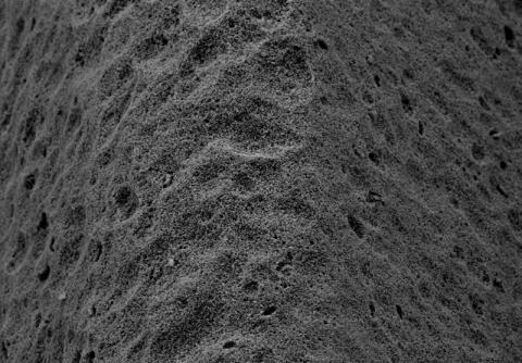 Abbildung: Endbearbeitete Oberfläche eines Dentalimplantates aus Zirkonoxyd 300 fache Vergrößerung